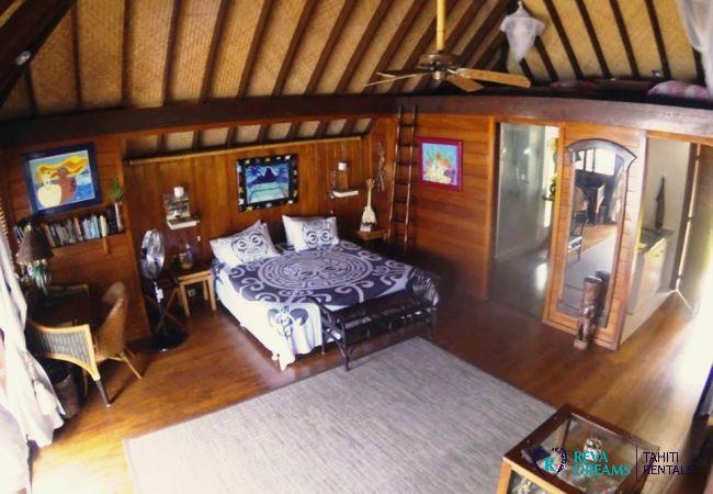 Chambre de double de style polynésien au Fare Aroha Piti, maison pour location de vacances sur l'île de Bora Bora