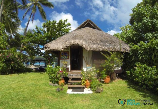Entrée du Fare Aroha Piti, location de vacances dans une maison sous le soleil de Polynésie Française, au bord du lagon