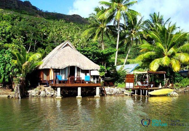 Le Fare Aroha Piti, maison polynésienne entourée de cocotiers avec terrasse sur le lagon, à Bora Bora