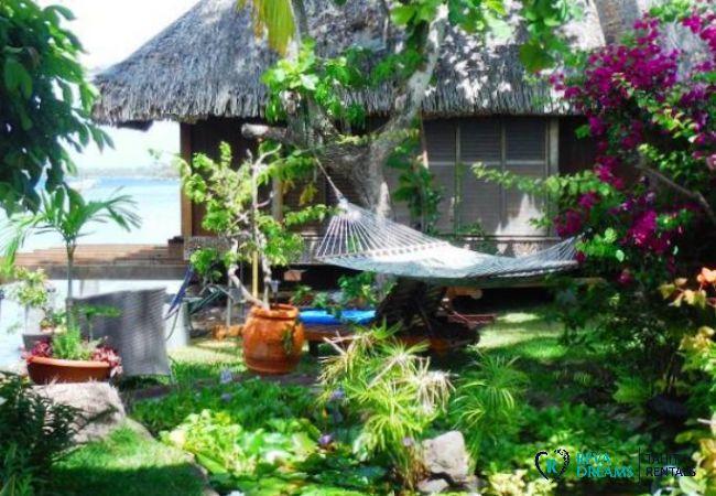 Jardin tropical du Fare Aroha Piti, maison polynésienne pour location de vacances en bord de mer sur l'île de Bora Bora