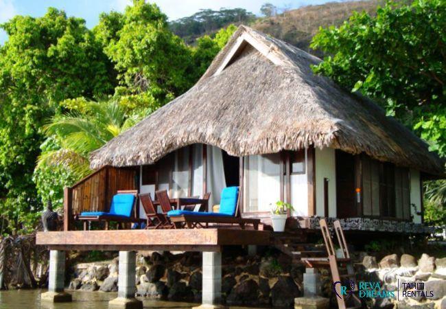 Le Fare Aroha Piti vu depuis le lagon de Bora Bora, location de vacances sous les palmiers de Polynésie Française