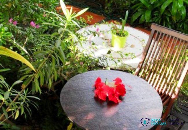Terrasse du Fare Aroha Ho'e, location de vacances dans une maison entourée d'un jardin tropical en Polynésie Française