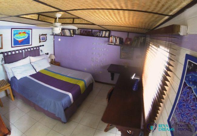 Chambre double au Fare Aroha Ho'e, séjours les pieds dans l'eau, dans une maison typique de Polynésie Française