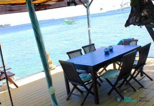 Espace repas sur la terrasse du Fare Aroha Ho'e, séjours vue sur le lagon sur l'île de Bora Bora, Polynésie Française