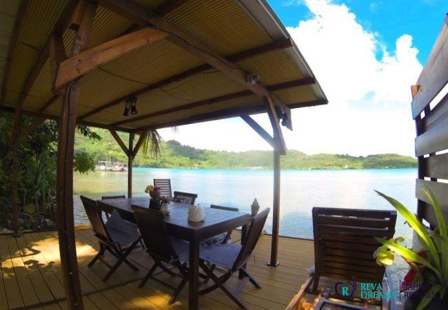 Terrasse couverte des Fare Aroha Ho'e, directement sur le lagon de Bora Bora, séjour de rêve en Polynésie Française
