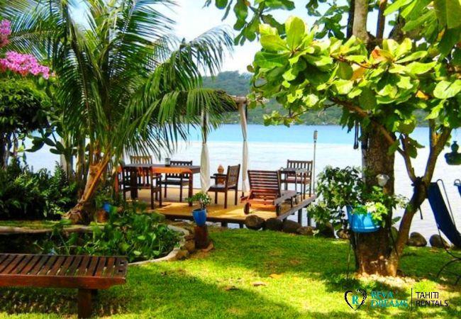 Jardin tropical du Fare Aroha Ho'e, maison en bord de lagon à la découverte des merveilles de l'île de Bora Bora
