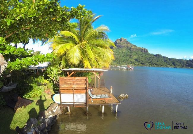 Terrasse et Fare Pote'e sur le lagon de Bora Bora, séjours et vacances les pieds dans l'eau, sous le soleil et les palmiers