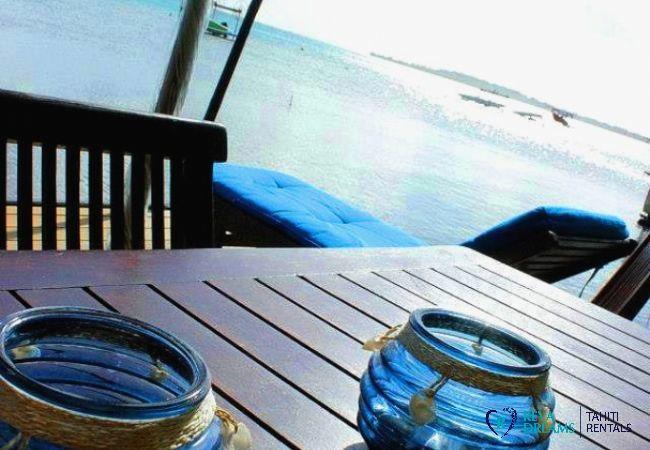 Fare Pote'e ou terrasse couverte du Fare Aroha Ho'e, maison polynésienne avec accès au lagon de Bora Bora
