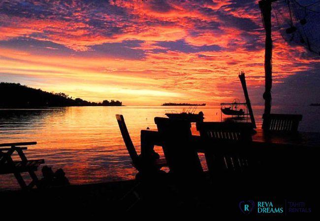 Coucher de soleil sur le lagon de l'île de Bora Bora depuis les Fare Aroha, séjours de rêve en Polynésie Française
