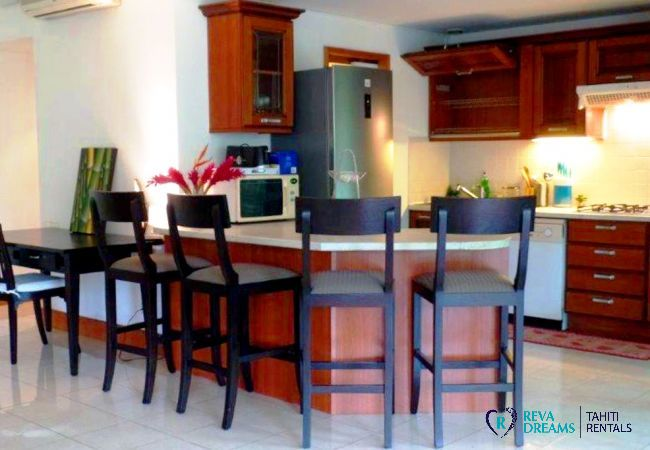 Cuisine équipée de l'appartement Carlton Plage, location de vacances sur l'île de Tahiti en Polynésie Française