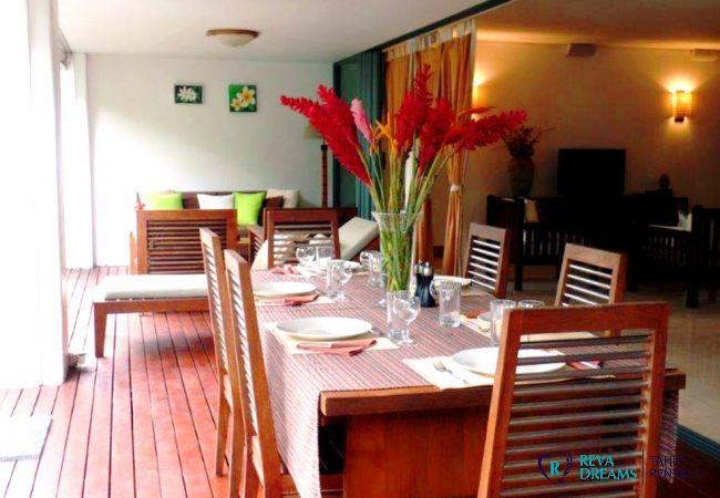 Terrasse et coin repas pour profiter du jardin tropical à l'appartement Carlton Plage, vacances en Polynésie Française