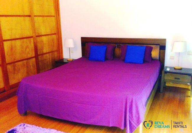 Chambre avec lit double à l'appartement Carlton Beach, location de vacances sous les palmiers de Tahiti, Polynésie Française