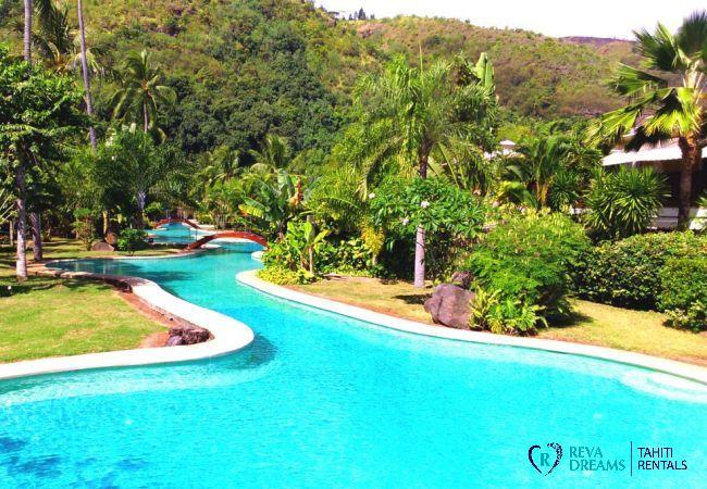 Piscine et jardin tropical de la résidence, séjours et vacances à l'appartement Carlton Plage en Polynésie Française