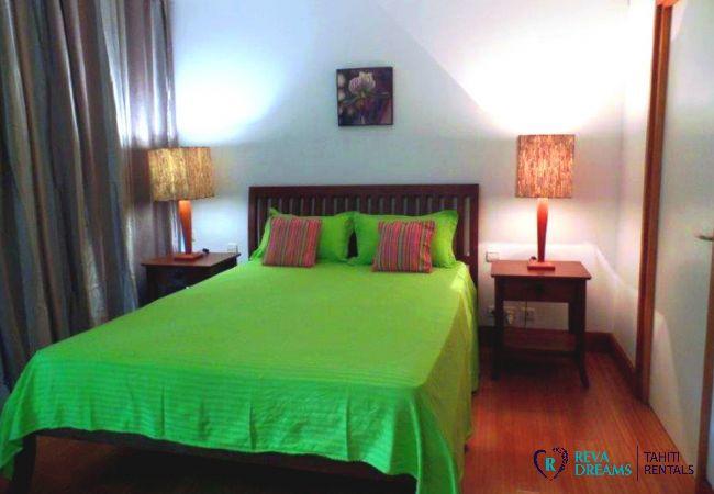 Chambre double de l'appartement Carlton Plage, séjours et vacances dans une résidence privée avec piscine à Tahiti