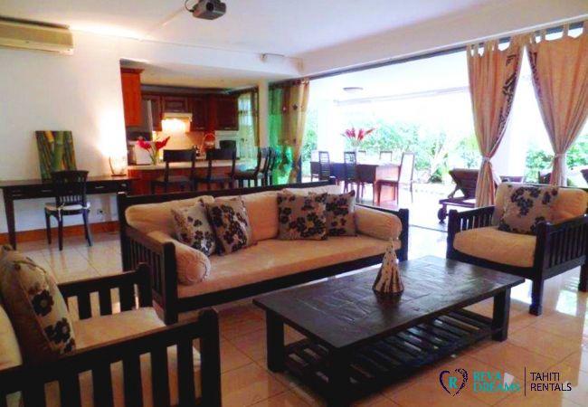 Salon de l'appartement Carlton Plage, dans résidence sécurisée, idéal séjours pour familles et couple à Tahiti