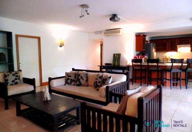 Salon et cuisine équipée de l'appartement Carlton Plage, séjours à la découverte de la Polynésie Française
