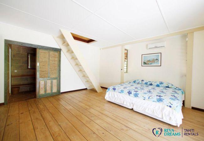 Chambre double de la Villa Miki Miki Dream pour location de vacances sur l'île de Moorea, près de Tahiti