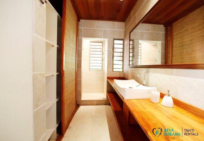 Salle de bain de la Villa Miki Miki Dream, séjours et vacances en Polynésie Française, au bord du lagon de Moorea