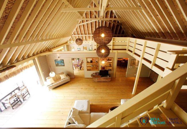 Vue du salon de la Villa Miki Miki Dream depuis la mezzanine, sur Moorea, île sœur de Tahiti