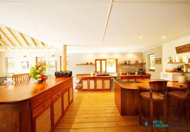 Cuisine spacieuse et équipée de la Villa Miki Miki Dream, pour un séjour à Moorea, Polynésie Française