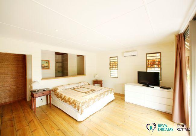 Chambre principale avec salle de bain de la Villa Miki Miki Dream pour un séjour détente sur l'île de Moorea