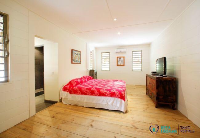 Chambre de la Villa Miki Miki Dream, avec salle de bain et climatisation, pour location de vacances à Moorea