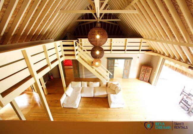 Vue sur le salon depuis la mezzanine de la Villa Miki Miki Dream, séjours sous le soleil de Polynésie Française, à Moorea