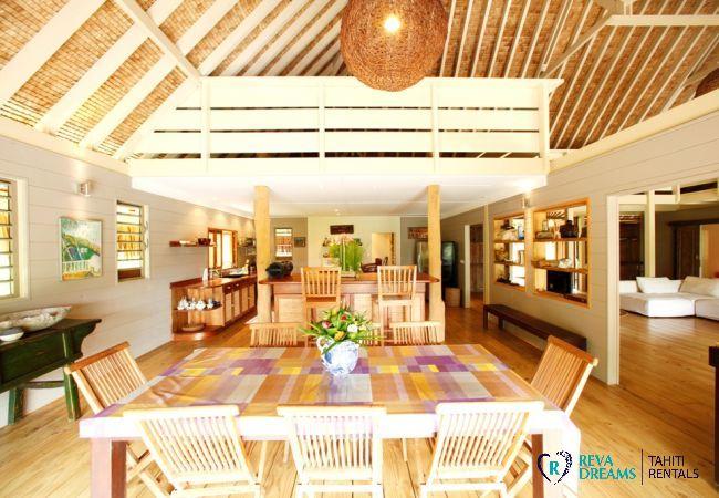Salle à manger et cuisine de la Villa Miki Miki Dream, pour 16 personnes, à Moorea en Polynésie Française