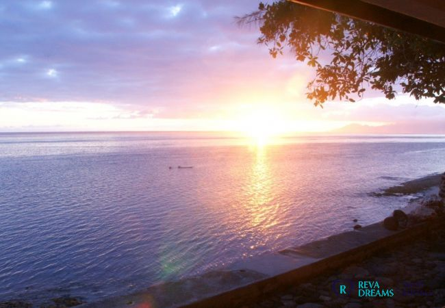 Belle vues à Villa Vahinera Dream sur le coucher de soleil et le lagon sur l'île de Tahiti, Polynésie Francaise