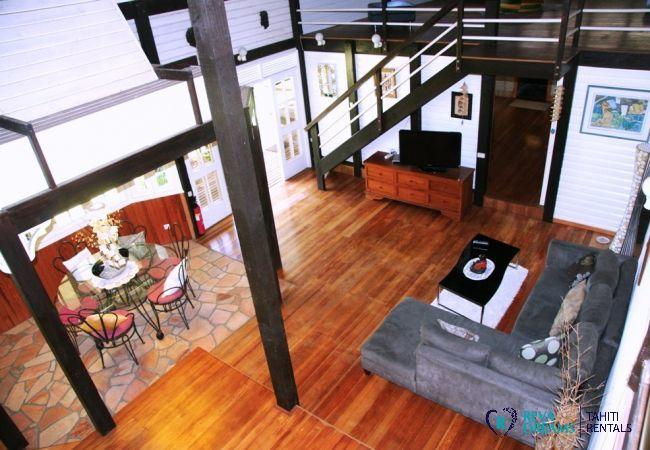 Salon ouvert dans la Villa Teareva Dream sur l'île de Moorea, en Polynésie française