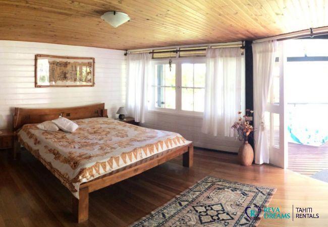 Grande chambre dans la location des vacances Villa Teareva Dream, à côté de la mer, île de Moorea, Polynésie française