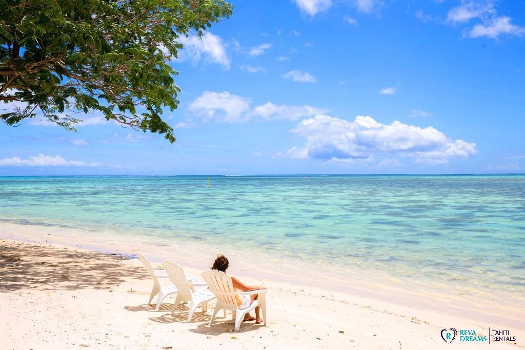 Plage de sable blanc et lagon, Fare Tiki Dream sur l'île de Moorea en Polynésie française