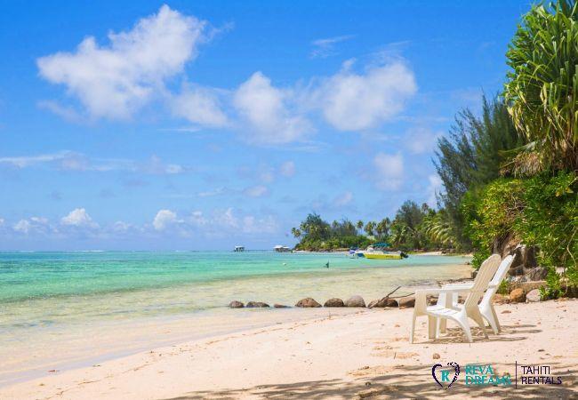 Plage de sable blanc et lagon, Fare Tiki Dream sur l'île de Moorea, Polynésie Française