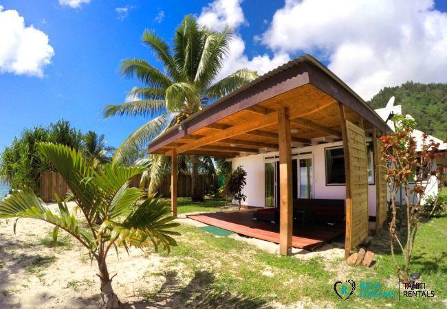 Plage et terrasse couverte de la location de vacances sublime Fare Tiki Dream, sur l'île de Moorea