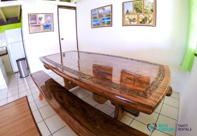 Coin repas dans le Fare Tiki Dream, vacances à la plage, sur l'île de Moorea