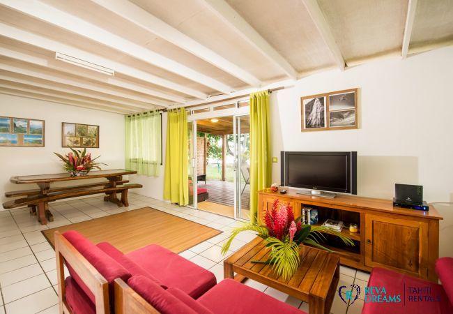 Zone de repas et salon ouvert dans le Fare Tiki Dream, location de vacances authentique à Moorea en Polynésie Française