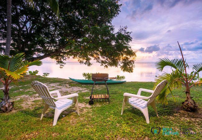 Barbecue au coucher de soleil dans le jardin de Fare Tiki Dream, nature de l'île Moorea, près de Tahiti