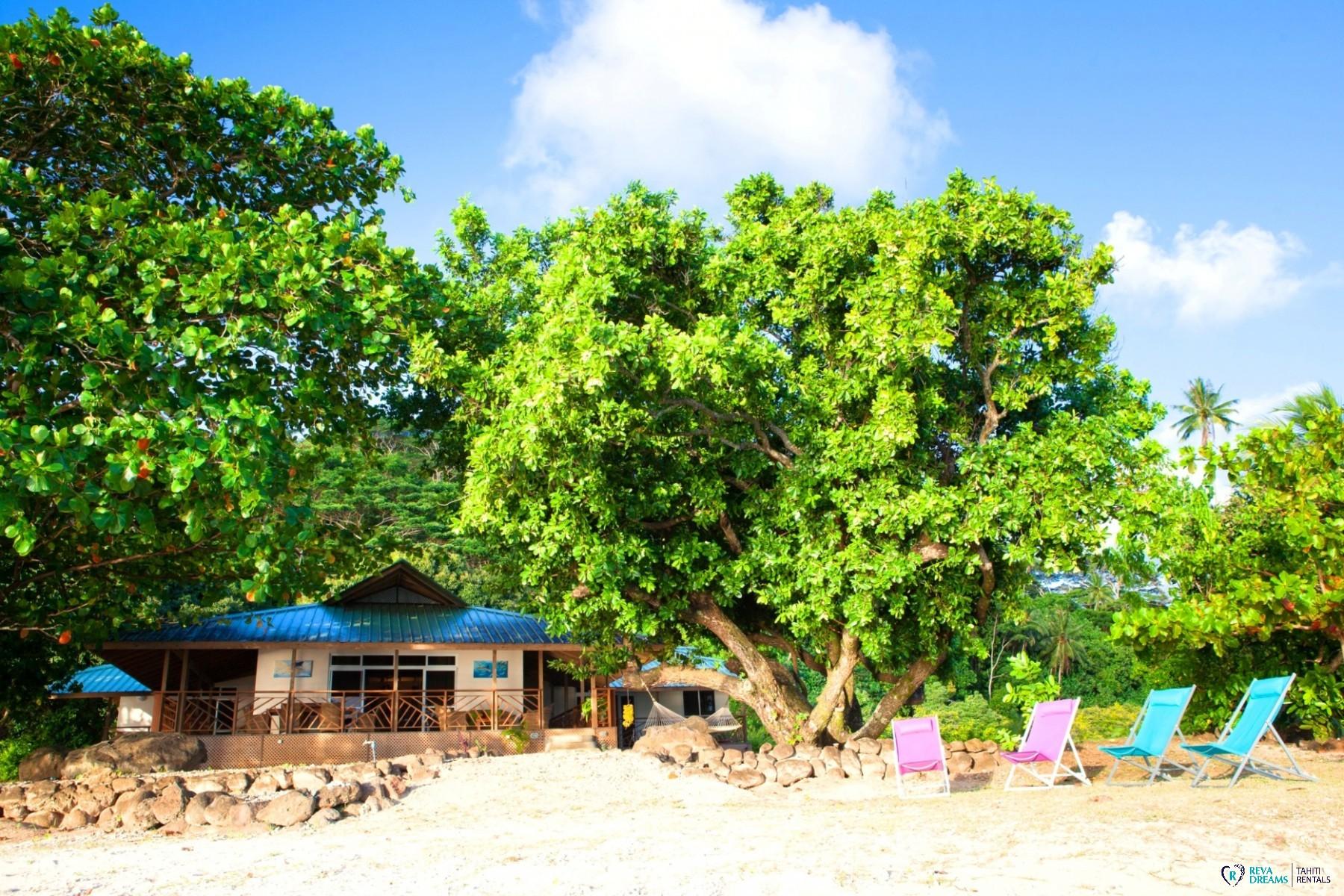 Villa Tehere Dream, plage de sable blanc au bord du lagon, jardin tropical sur l'île de Tahaa, Polynésie Française