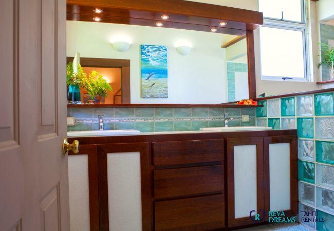 Salle de bain dans la Villa Tehere Dream, location saisonnière sur l'île de Tahaa, Polynésie Française