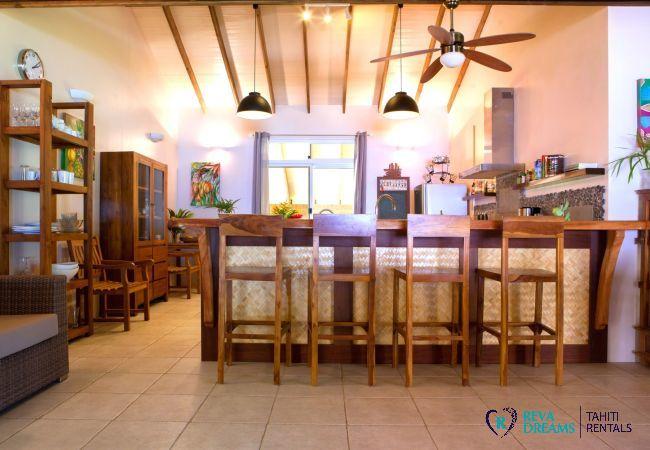 Villa Tehere Dream, cuisine avec bar à petit déjeuner, location de vacances spacieuse et authentique sur l'île de Tahaa