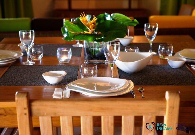 Table de salle à manger avec décoration des fleurs polynésiennes, Villa Tehere Dream location de vacances sur l'île de Tahaa