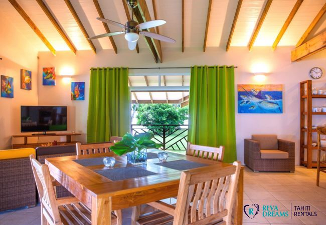 Salle à manger et salon ouvert, Villa Tehere Dream location de vacances authentique, séjours de découverte sur l'île de Tahaa