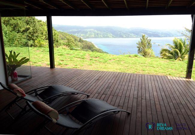 Détendez-vous sur la terrasse ombragée avec une vue sur l'île de Tahiti, Villa miti natura location de vacances