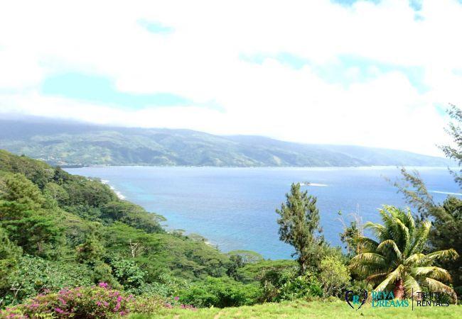 Vue spectaculaire de la Villa miti natura sur l'île de Tahiti iti et son lagon