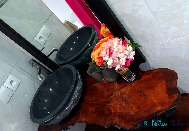 Salle de bain dans le Fare Ere Ere, location de vacances authentique sur l'île de Tahiti, Polynésie Française