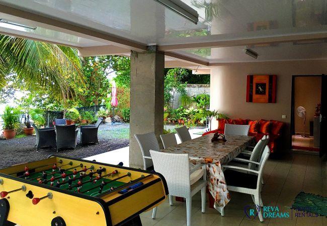 Espace convivial à l'extérieur du propriété, repas et jeux en plein air, séjours familiales sur l'île de Tahiti