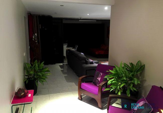 Salon cocooning du Fare Ere Ere, location de vacances luxueuse sur l'île de Tahiti, séjours familliales