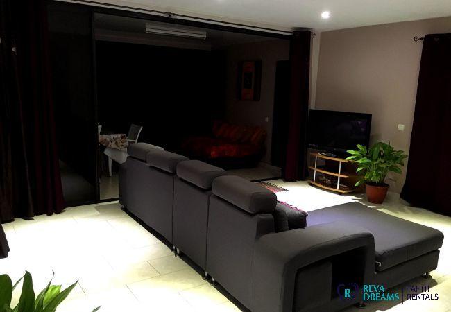 Salle de séjour contemporaine avec télévision, profitez d'un séjour de rêve en Polynésie Française