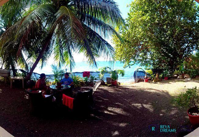 Extérieur du Fare Ere Ere location de vacances, repas en plein air, sous l'ombre des palmiers, vues sur la mer