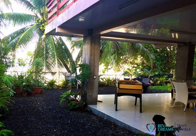 Extérieur entourée des cocotiers au Fare Ere Ere, votre location de vacances de rêve sur l'île de Tahiti, Polynésie Française